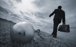 Когда становится ясно, что должник не может или не хочет по каким-то причинам погашать долг, его сведения переходят в службу безопасности банка.